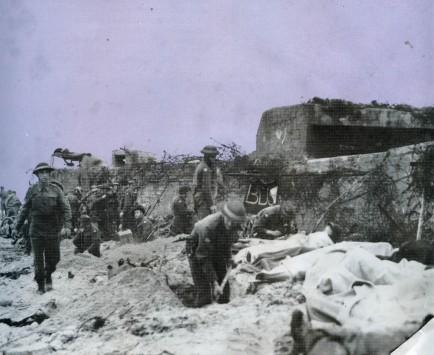 Photo prise à Juno Beach alors que les soldats soignent les blessés.