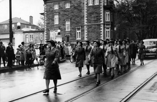 Marche du Corps Féminin de l'Armée Canadienne (CWAC).