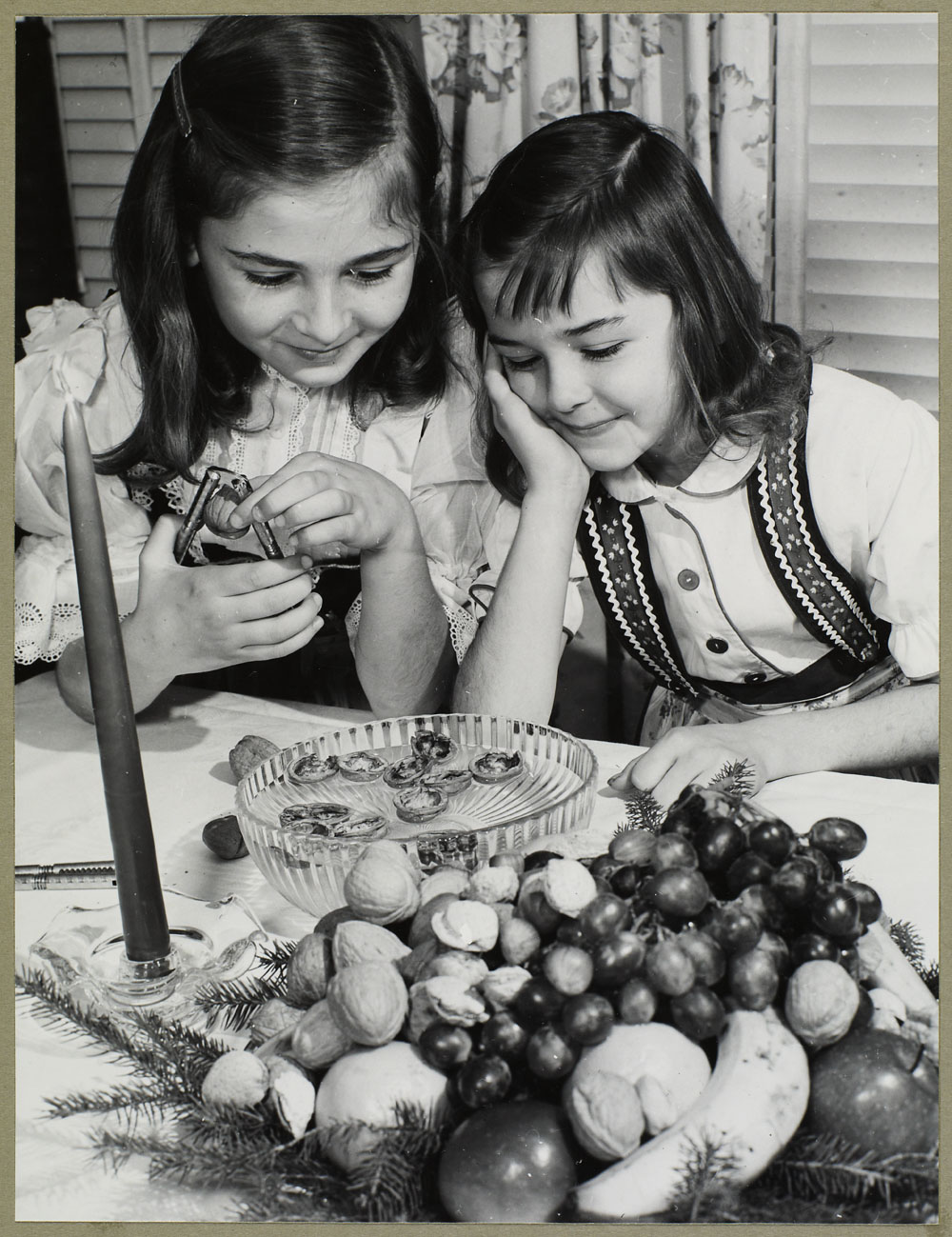 Deux jeunes filles tch\u00e8ques cassant des noix \u00e0 table (entre 1930-1960)