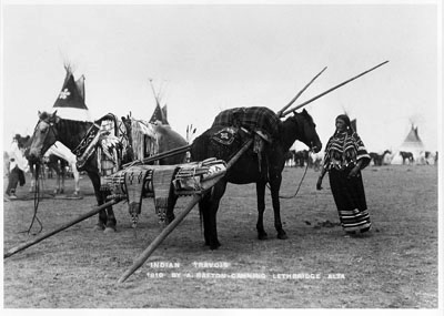 Travois de la tribu Kainai (Gens du Sang), vers 1910