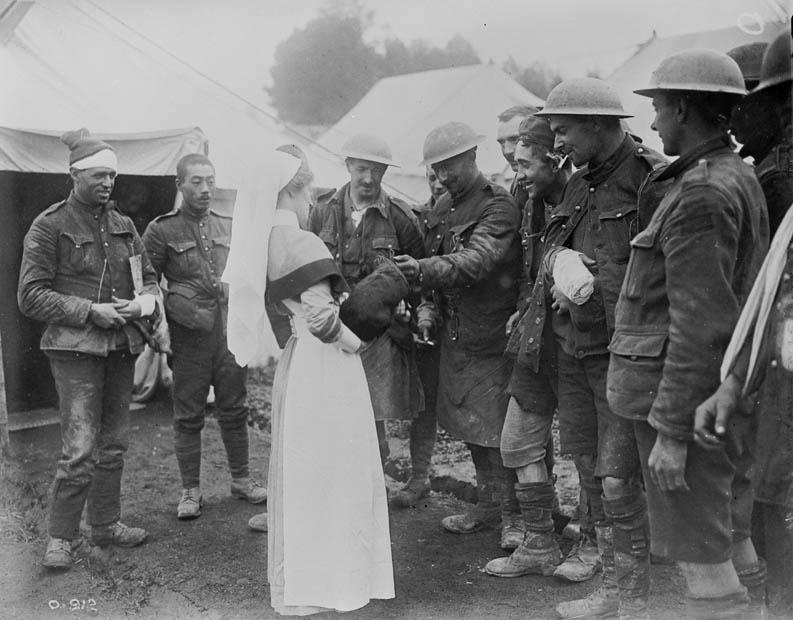 Une infirmière avec des soldats blessés