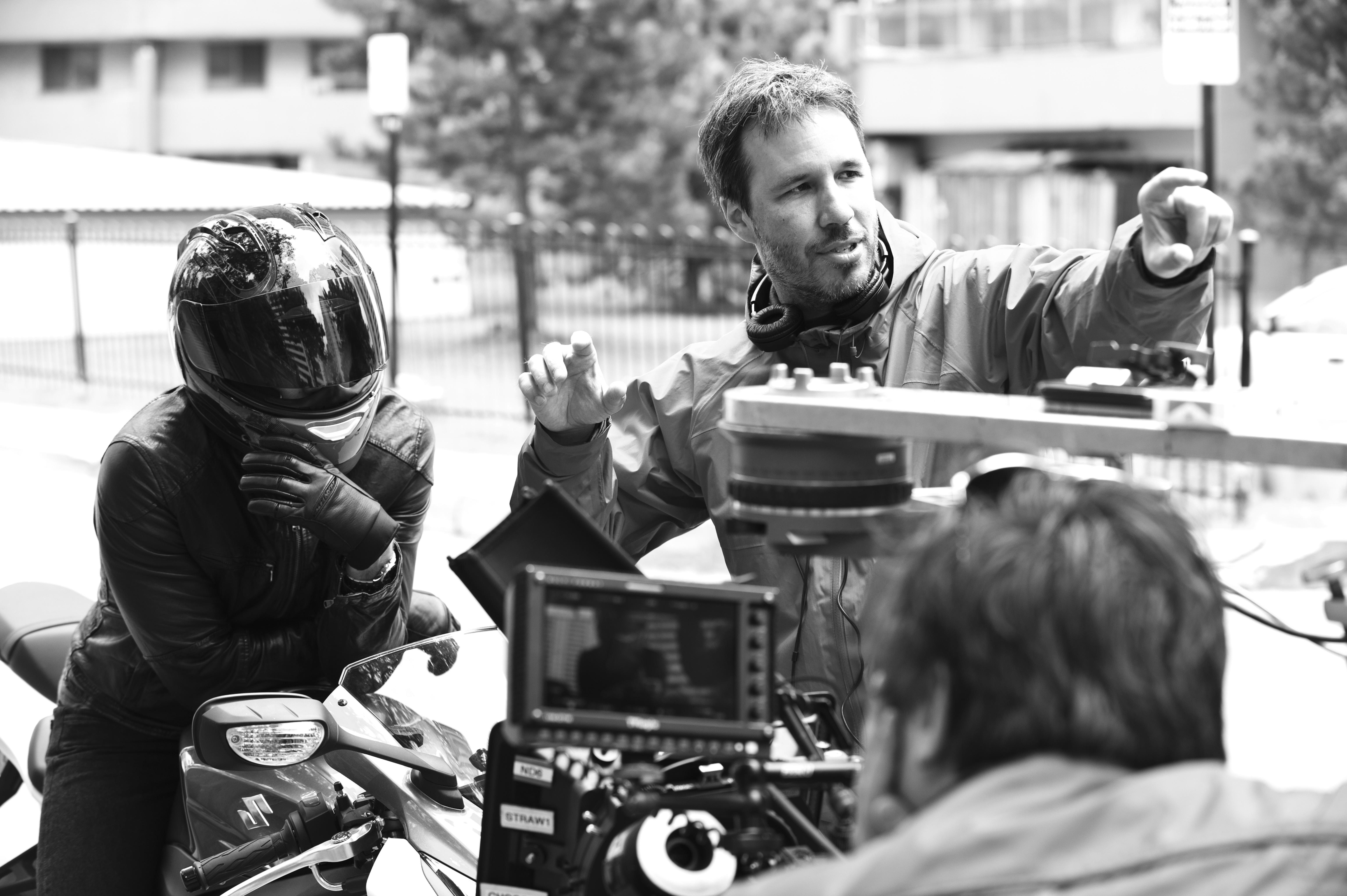 Denis Villeneuve (à droite) dirige l'acteur Jake Gyllenhaal sur le plateau d'Enemy (2013)