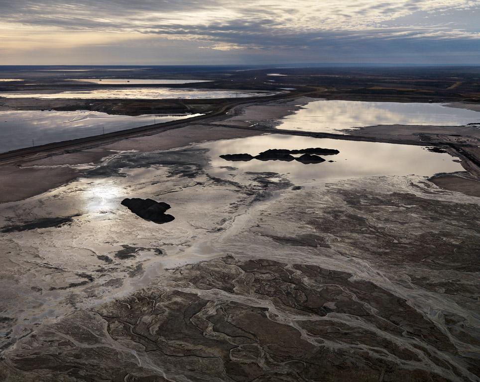 Edward Burtynsky, Alberta Oil Sands #10, Fort McMurray, Alberta, Canada (2007).
