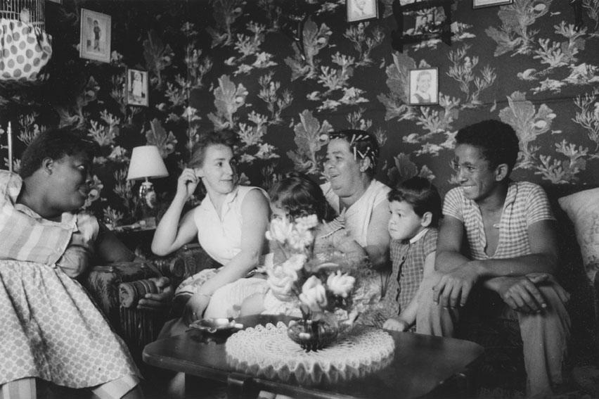 Famille dans sa salle de séjour à Africville, 1965.