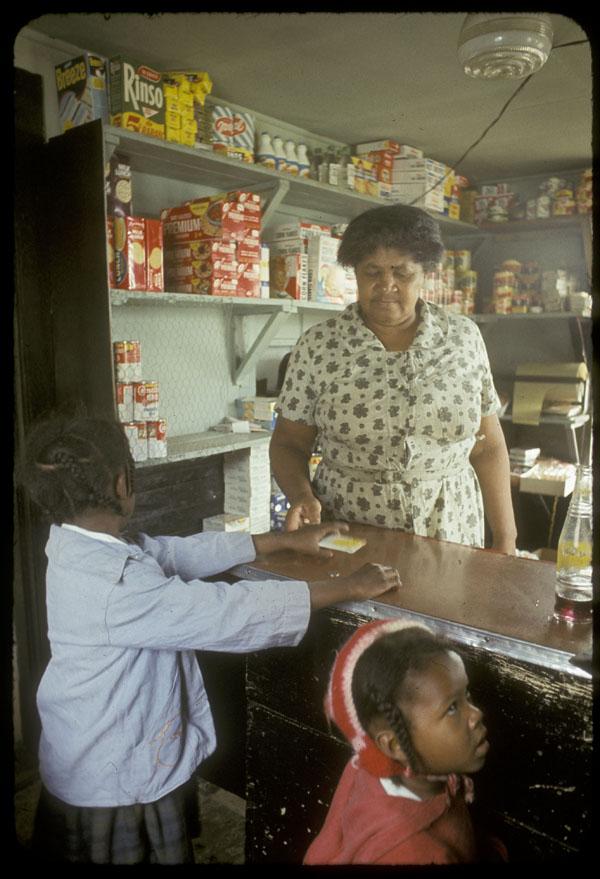 Matilda Newman dans son magasin à Africville, date inconnue.