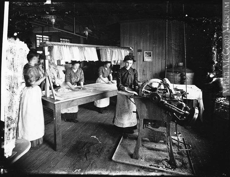 Femmes empesant des cols et des poignets de chemises