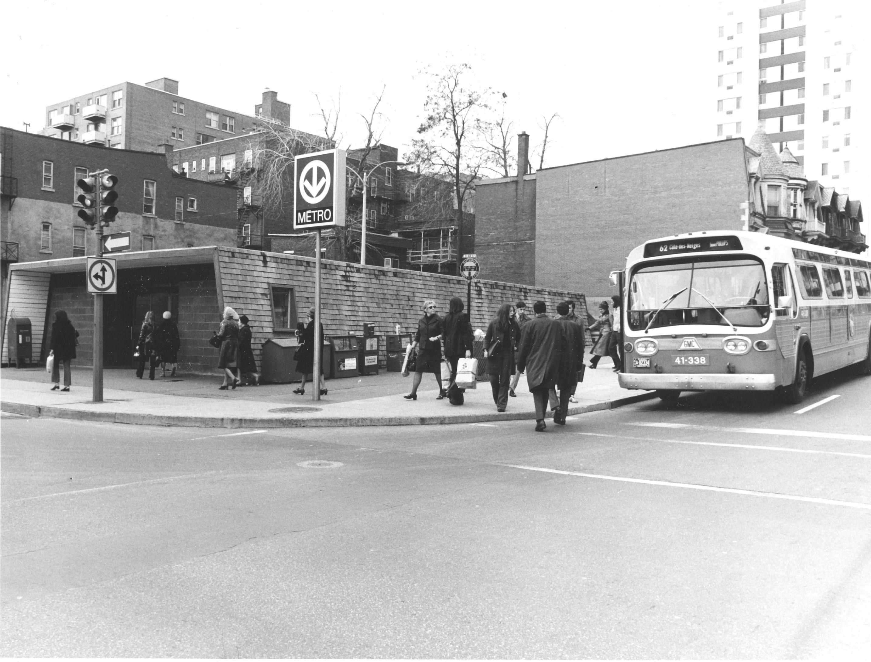 Édicule de la station Guy avec autobus, métro de Montréal