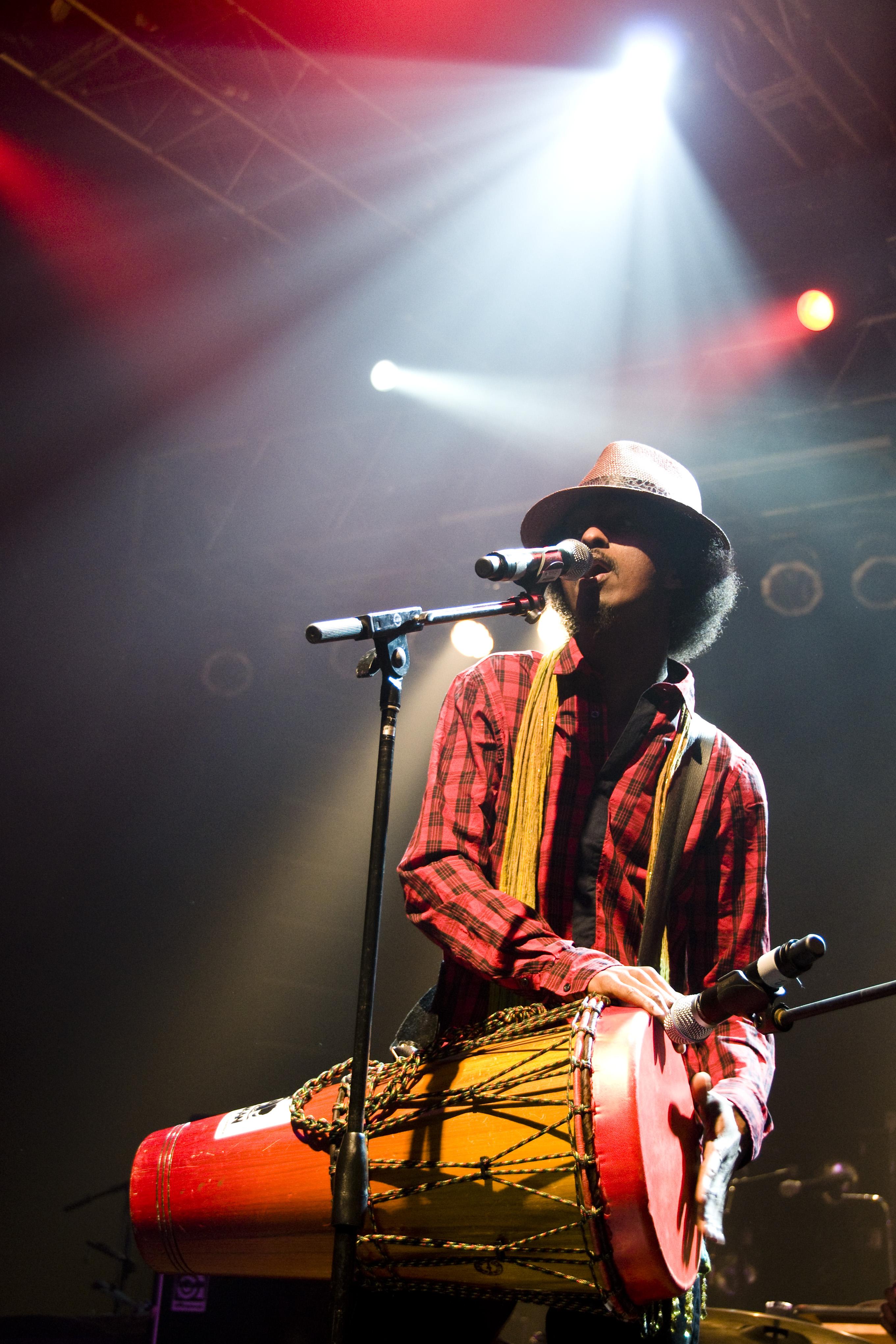 K'naan chante au SXSW à Austin, en 2009.