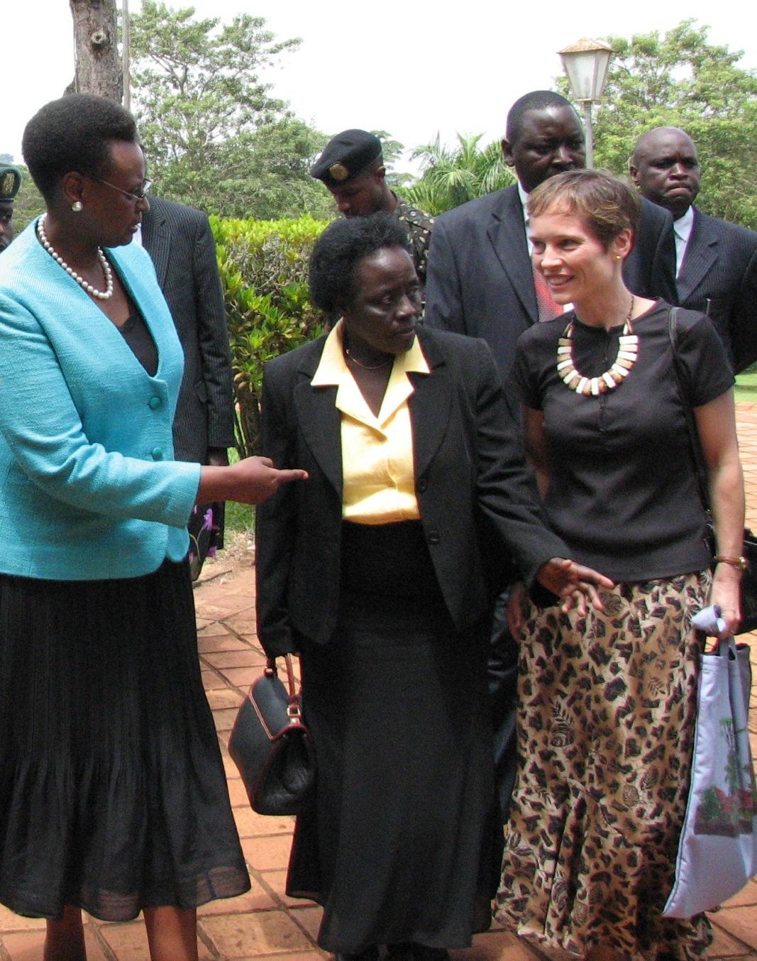 La Dre Jean Chamberlain-Froese aux côtés de la première dame de l'Ouganda