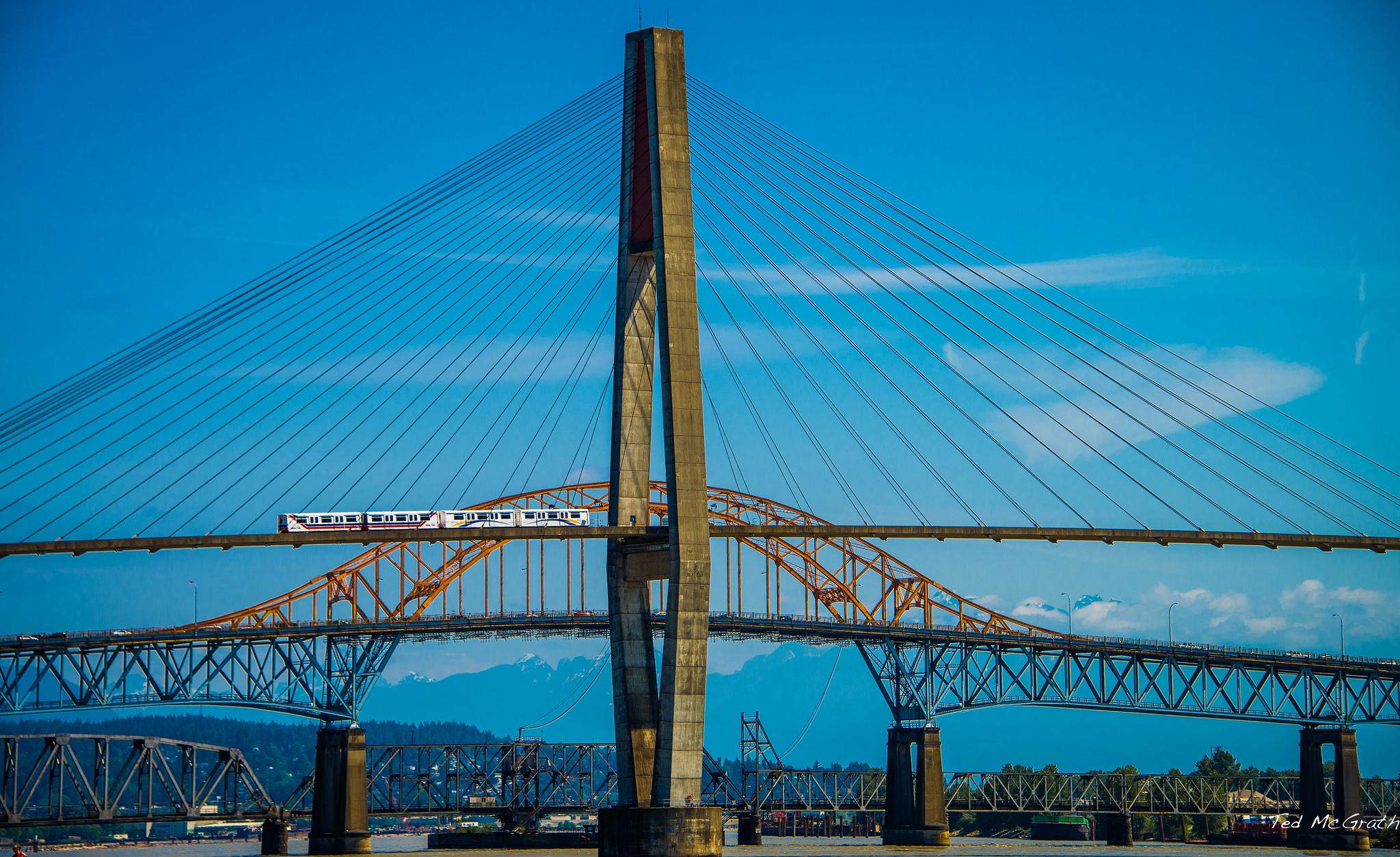 Le SkyTrain de Vancouver traversant le SkyBridge