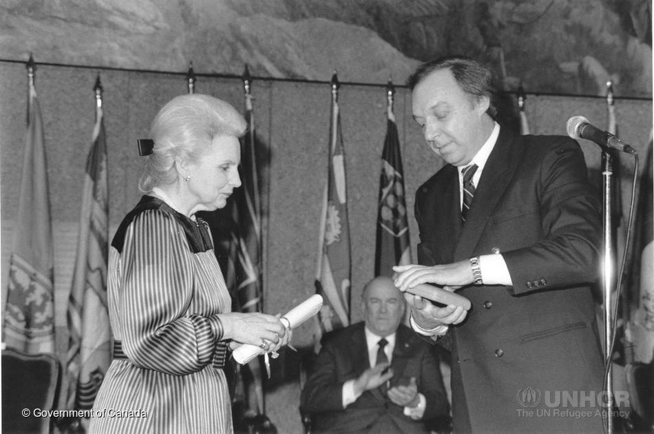 La gouverneure générale Jeanne Sauvé acceptant la Médaille Nansen, 1986