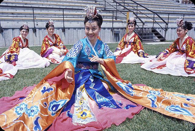 South Korean dancers performing at Expo