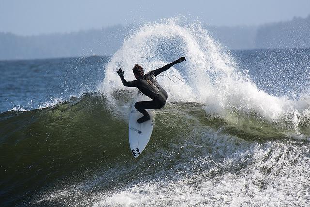 Surfeur à Tofino, en Colombie-Britannique