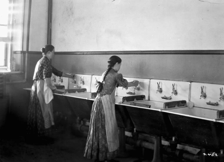 Buanderie au Centre de détention des immigrants, Québec, vers 1911