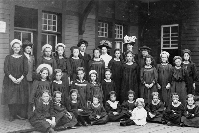 Group of immigrant girls, Québec, 1908