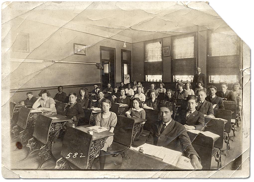 Élèves posant dans leur classe, vers 1910‑1920.