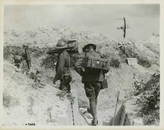 Des membres du Bureau canadien des archives de guerre transportent leur équipement.