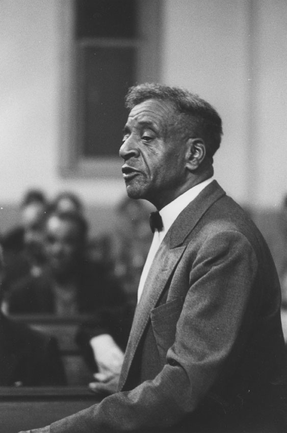 Le diacre Ralph Jones prenant la parole lors d'une assemblée à la seaview african united baptist church, africville, 1962