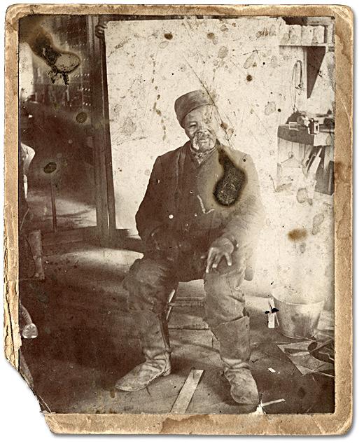 Levi Veney à l'intérieur du magasin J.D.Burkes à Amherstberg (Ontario), 1898.