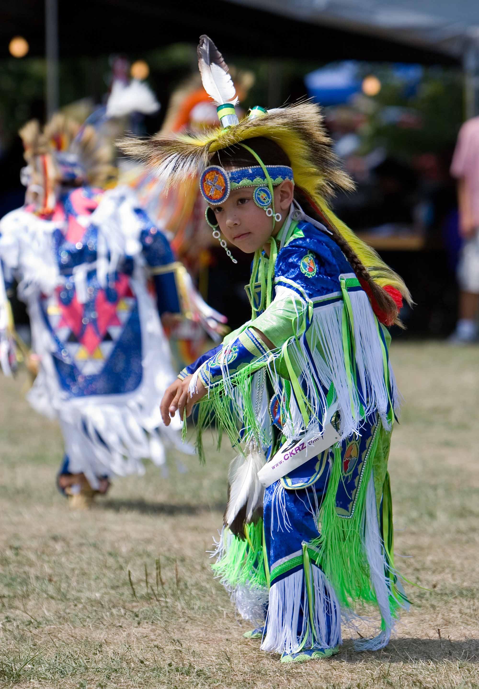 Jeune adepte de la danse des herbes sacrées dans un pow-wow