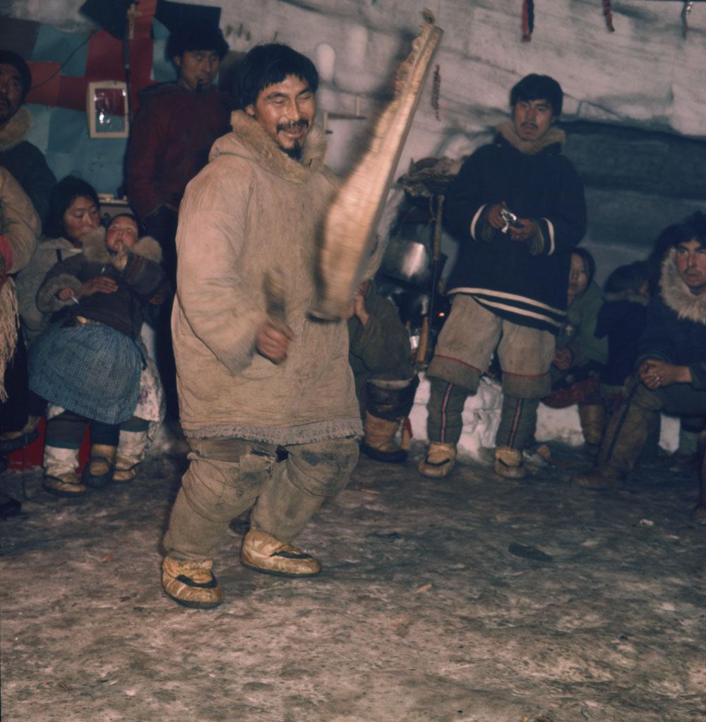 Inuk jouant du tambour