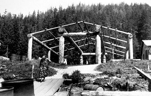 Construction d'une habitation des Kwakiutl