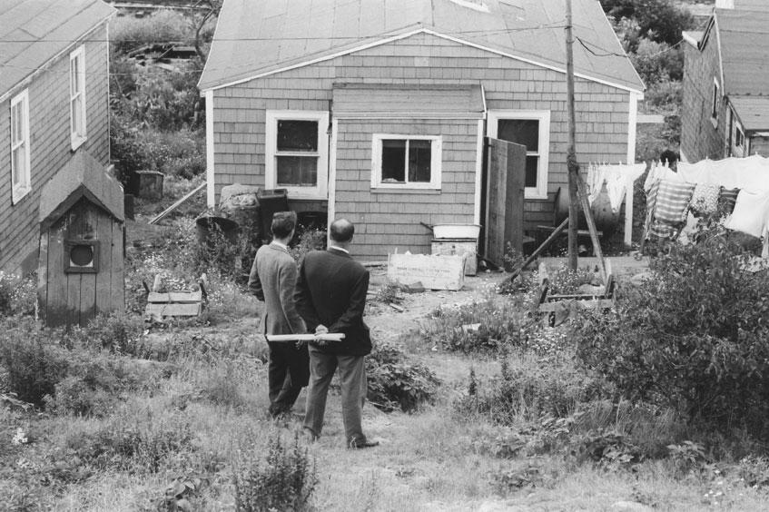 Fonctionnaires municipaux d'Halifax tenant des plans, avant la démolition d'Africville, 1965.