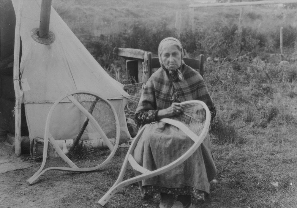 Femme autochtone fabriquant des raquettes (vers 1928)