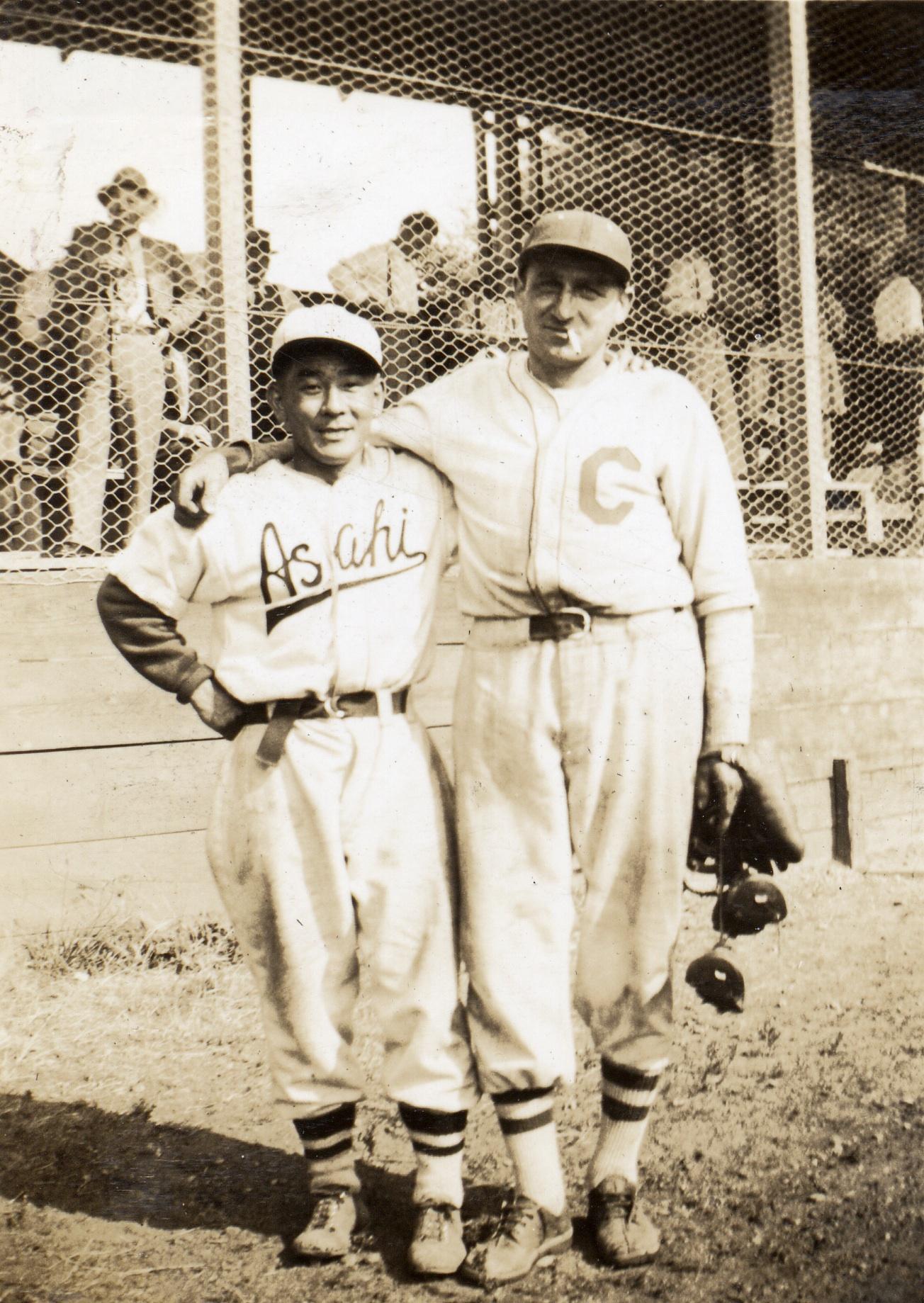 Roy Yamamura et un joueur des Collingwood Collies