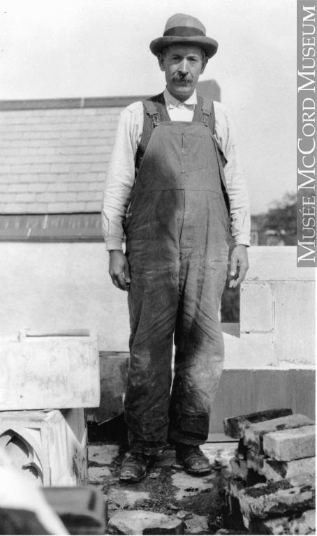 Un maçon qui travaille pour la construction de l'église de St. Andrew et de St. Paul à Montréal, Québec, vers 1935