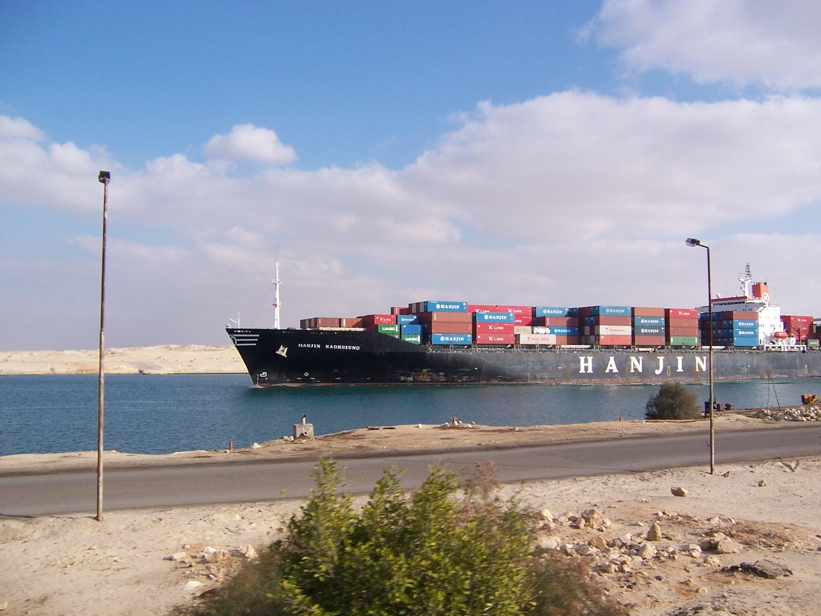 Un pétrolier parcourt le canal de Suez, en 2008.