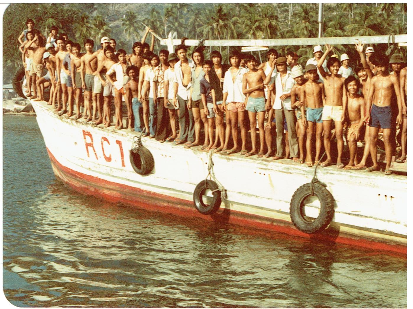 Pulau Bidong, un bateau et des résidents du camp pour réfugiés, 1979