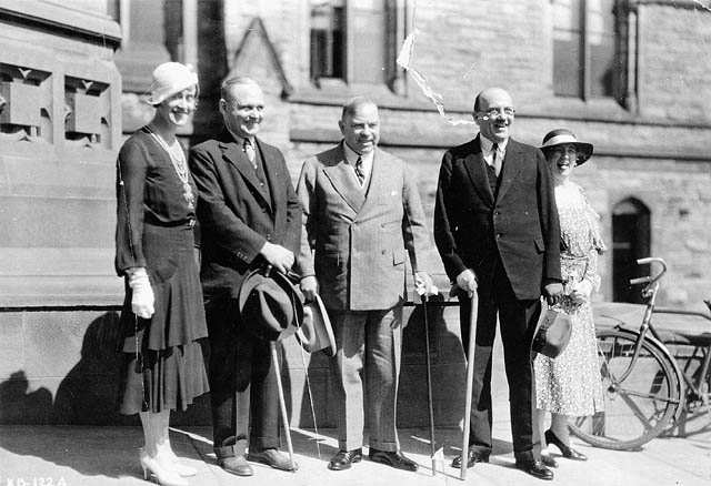 Thérèse Casgrain, Mackenzie King, and others in front of Parliament during the Imperial Economic Conference 1932