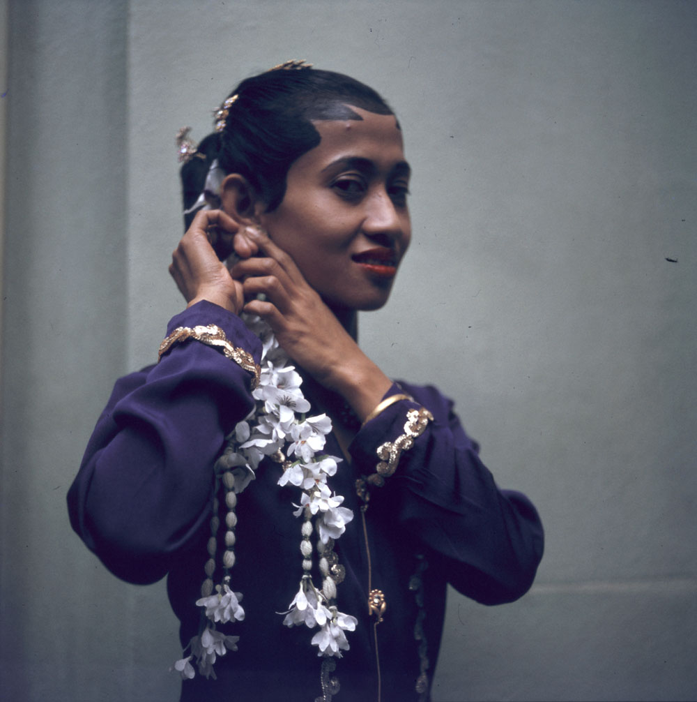 « Soirée asiatique » à la maison d'amitié à Ottawa; Indonésienne se coiffant (1963)