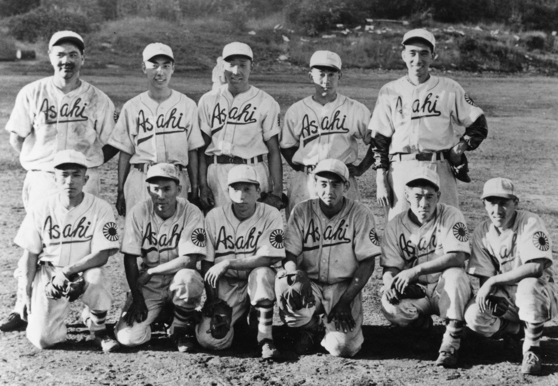 Portrait de groupe de l'équipe de baseball des Asahi