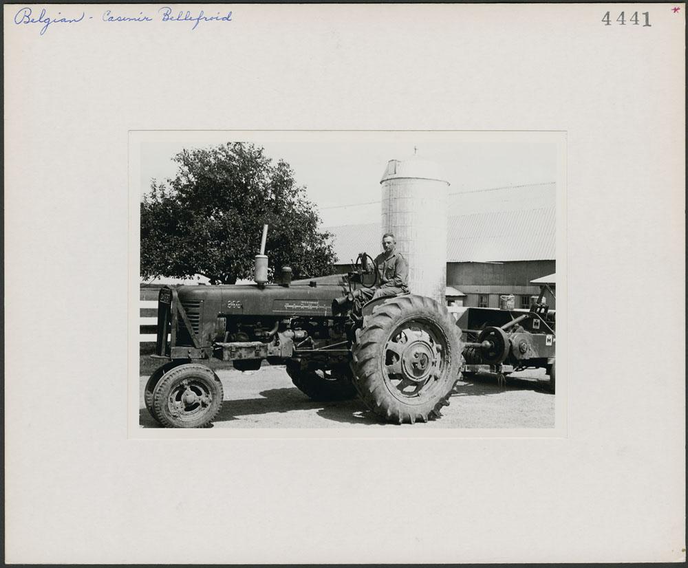 Casimir Bellefroid sur un tracteur sur sa ferme à Pike River, dans le comté de Missiquoi (Québec)
