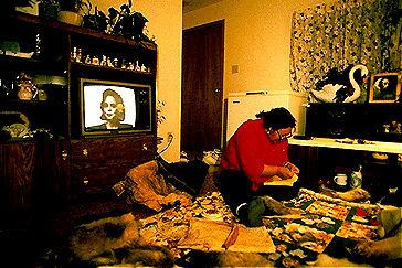 Inuit, femme faisant de la couture