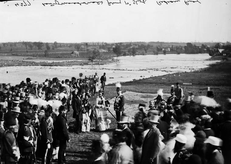 Lady Susan Agnes Macdonald, épouse de Sir John A. Macdonald, sur le bord de la rivière Rideau, Ontario
