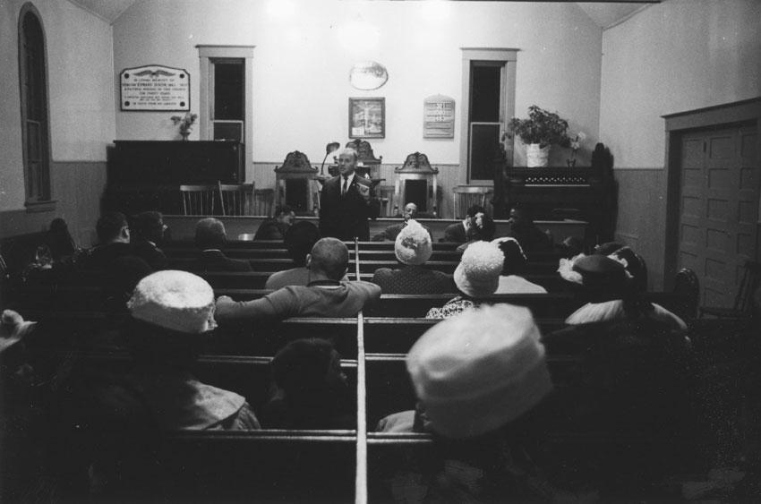 Assemblée à la Seaview African United Baptist Church réunissant AlanBorovoy, défenseur des droits de la personne, et des résidents d'Africville, juillet 1962.