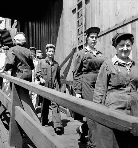 Des ouvrières retournent au travail à pied après leur pause-repas de 30 minutes à la cafétéria du chantier naval.