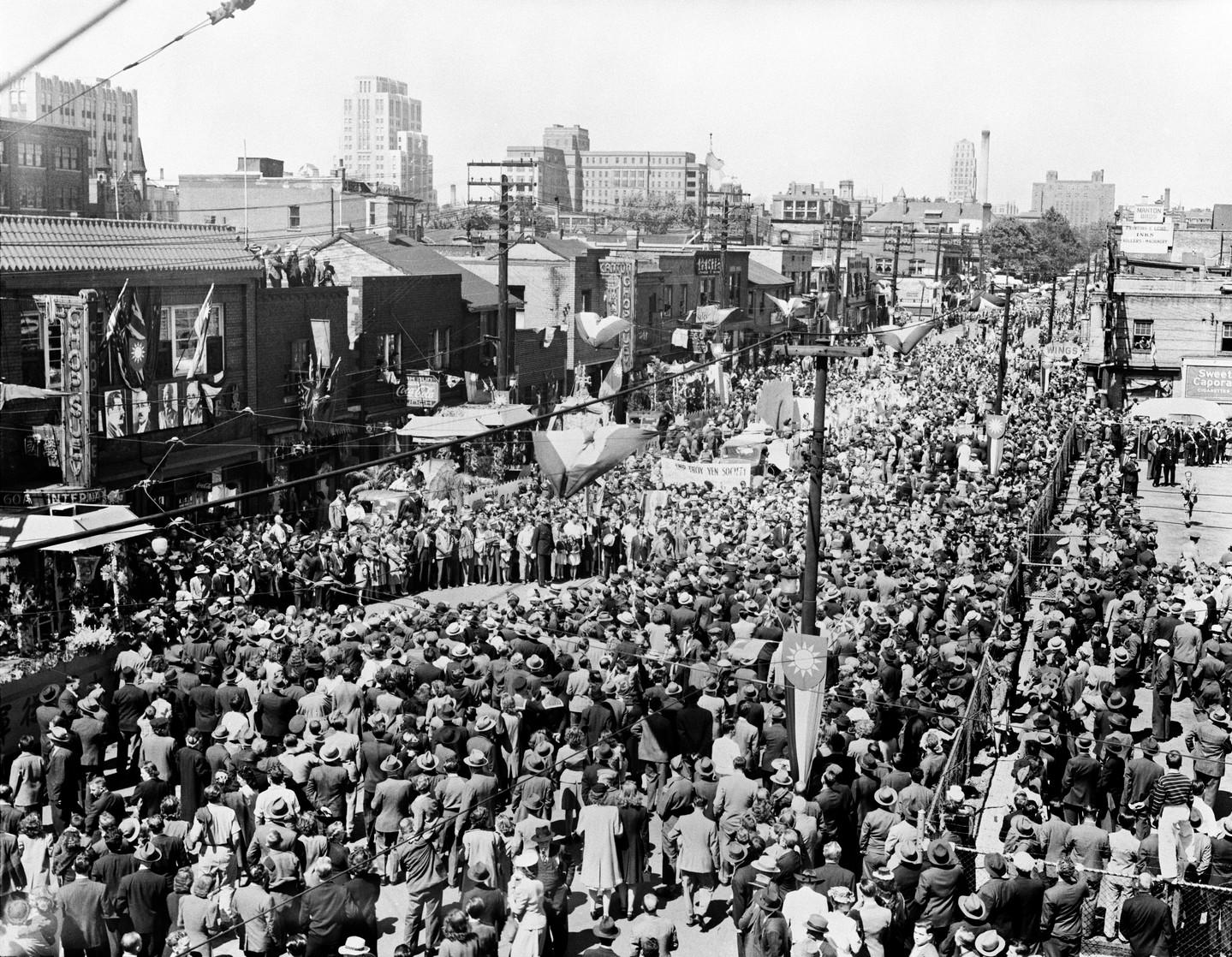 Parade du jour de la Victoire sur le Japon au quartier chinois, 1945