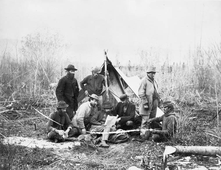 Une équipe de la Commission géologique du Canada