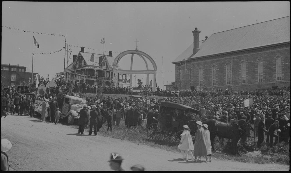 Défilé de la Saint-Jean-Baptiste en 1935 à Rivière-du-Loup