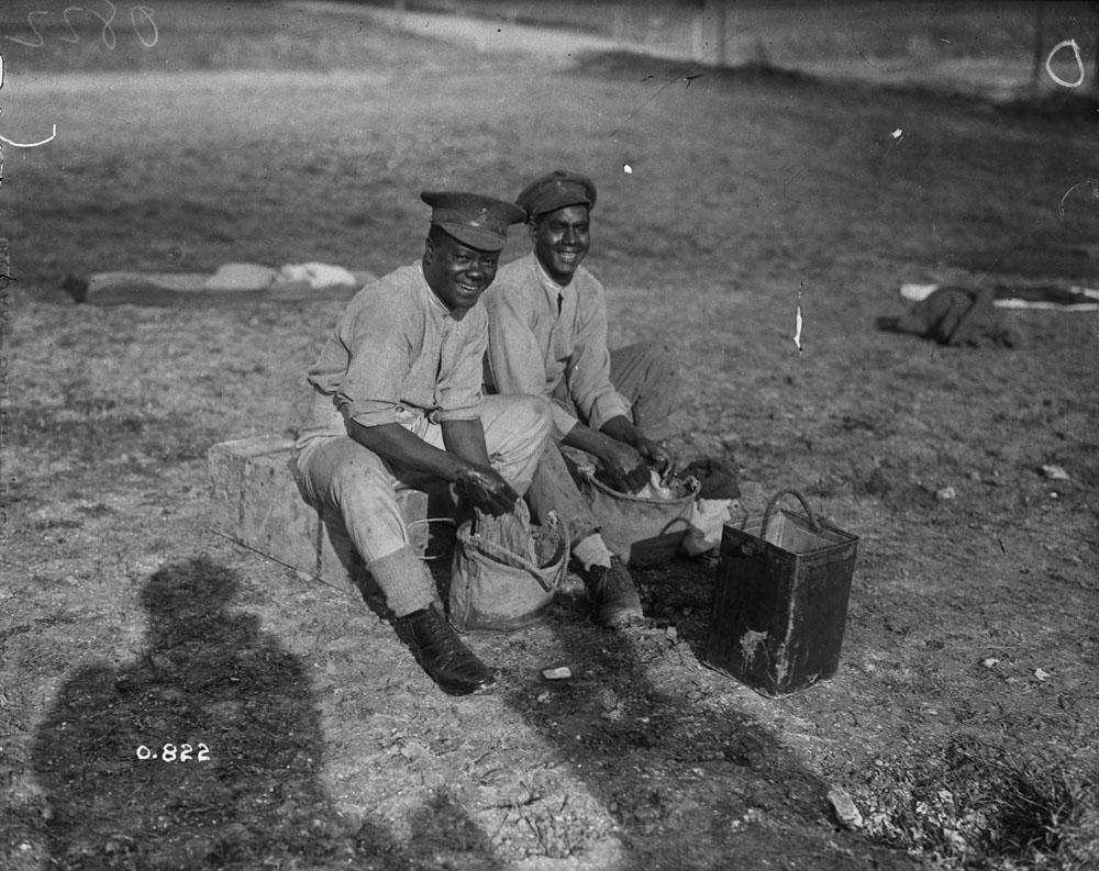 Deux soldats noirs lavent leurs uniformes