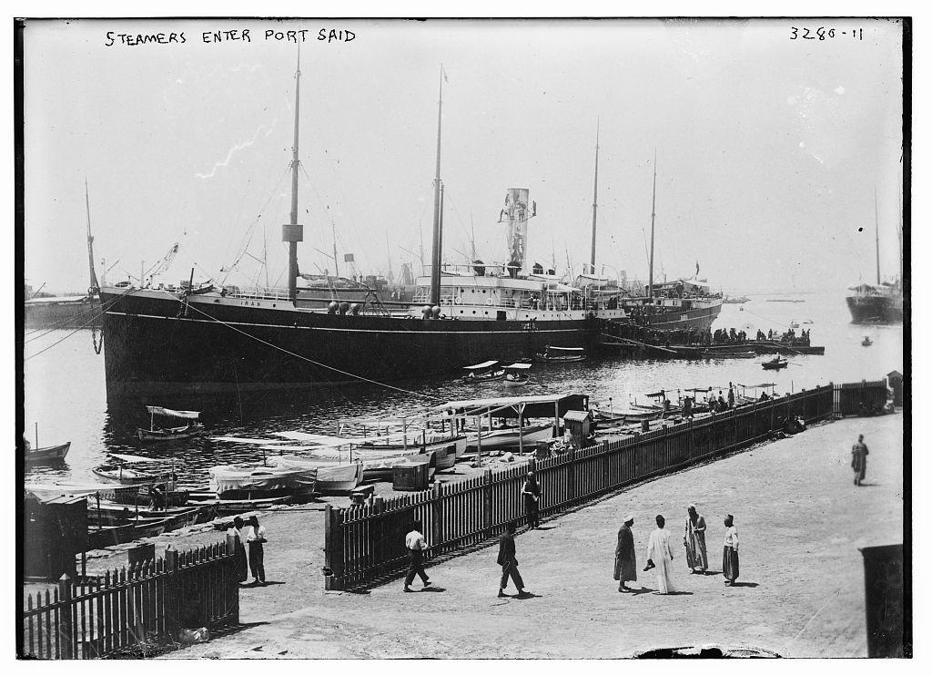 Au Port Sa\u00efd, \u00c9gypte, le long du canal de Suez, vers 1910 1915.