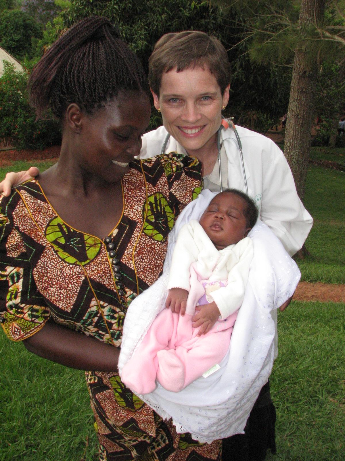 La Dre Chamberlain avec une mère et son enfant