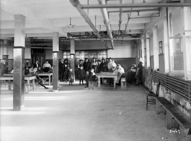 Réfectoire du Centre d'immigration, Québec, vers 1911