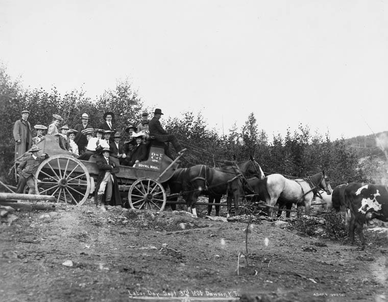 Le défilé de la fête du Travail à Dawson City, Yukon, en 1906.