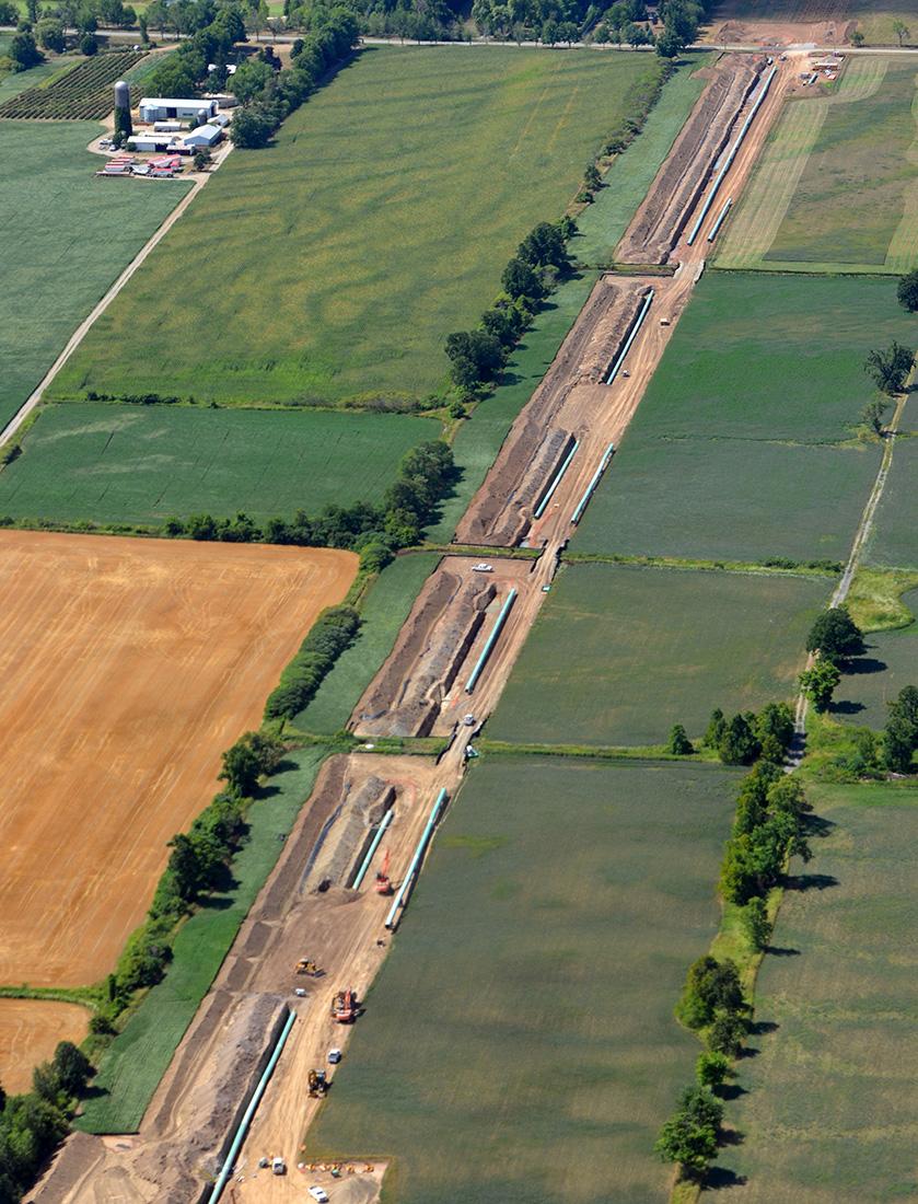 Vue aérienne de la construction d'un pipeline