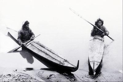 Inuit dans leurs Kayaks